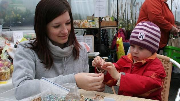 Pro děti byl připraven Jarní jarmark, kde si mohly vyzkoušet drátkování (na snímku), namalovat kraslici nebo uplést pomlázku.