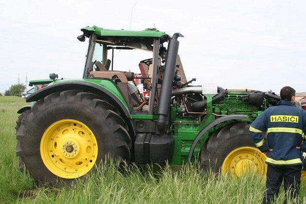 Muž havaroval s traktorem. Řidič na místě zemřel