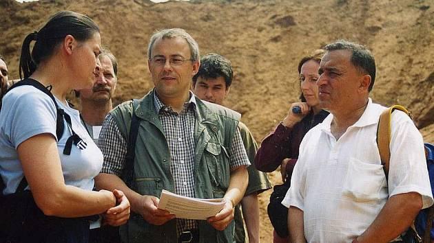 Podle Stanislava Opluštila (uprostřed) by mohla těžbou poklesnout půda až o 2 metry.