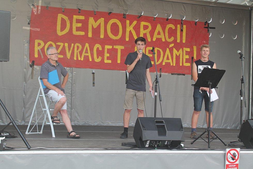 Téměř 400 lidí se na náměstí Míru v Mělníku zúčastnilo pokračujících demonstrací proti vládě Andreje Babiše.