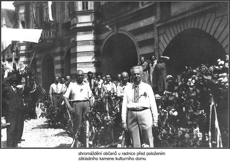 Shromáždění občanů u radnice před položením základního kamene kulturního domu. (1935).