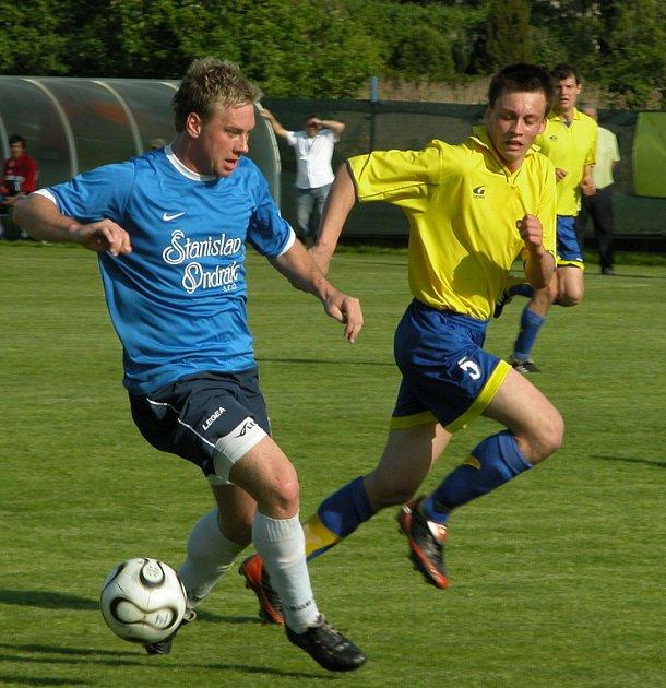 Z utkání 24. kola divize C Ovčáry - Chrudim (2:0).
