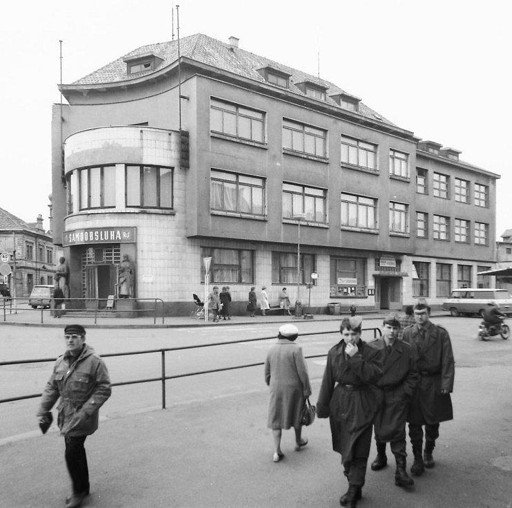 Nároží ulic Pražská a Fibichova, budova restaurace Záložna v roce 1975.