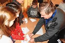 Mladými modeláři se stali žáci mělnických základních škol na programech se členy Modelklubu Mělník, které probíhaly na výstavě Chlapi si zase hrajou v mělnickém muzeu.