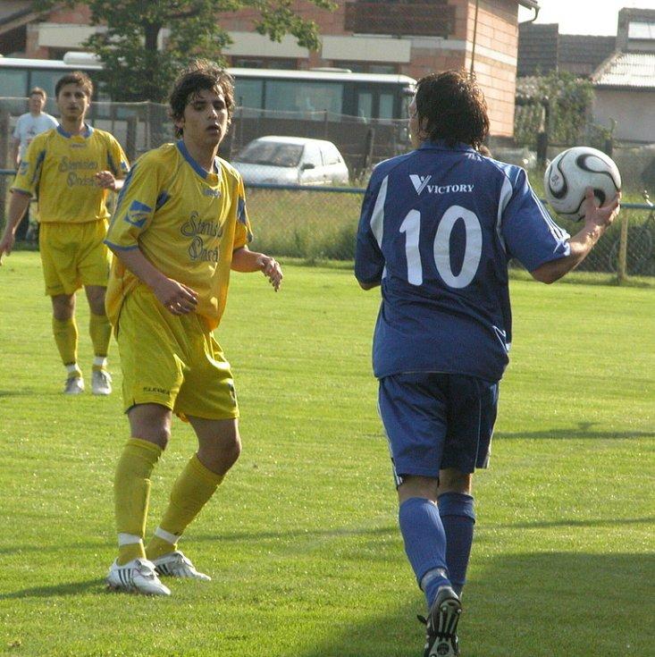 Z utkání 22. kola divize C Ovčáry (ve žlutém) - Dvůr Králové (0:2).