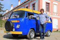 Prvním veteránem Tomáše Pavlíka (na snímku) byl VW Transporter, kterého dostal od rodičů.