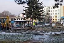 V Kralupech začalo 18. ledna bourání nefunkční kašny.