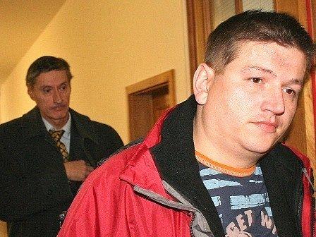 Obžalovanému (vpravo) se nelíbil verdikt mělnického soudu, teď dopadl ještě hůř.