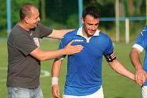 Fotbalisté Sokola Záryby (v modrém) porazili góly v závěru Sázavu 3:0.