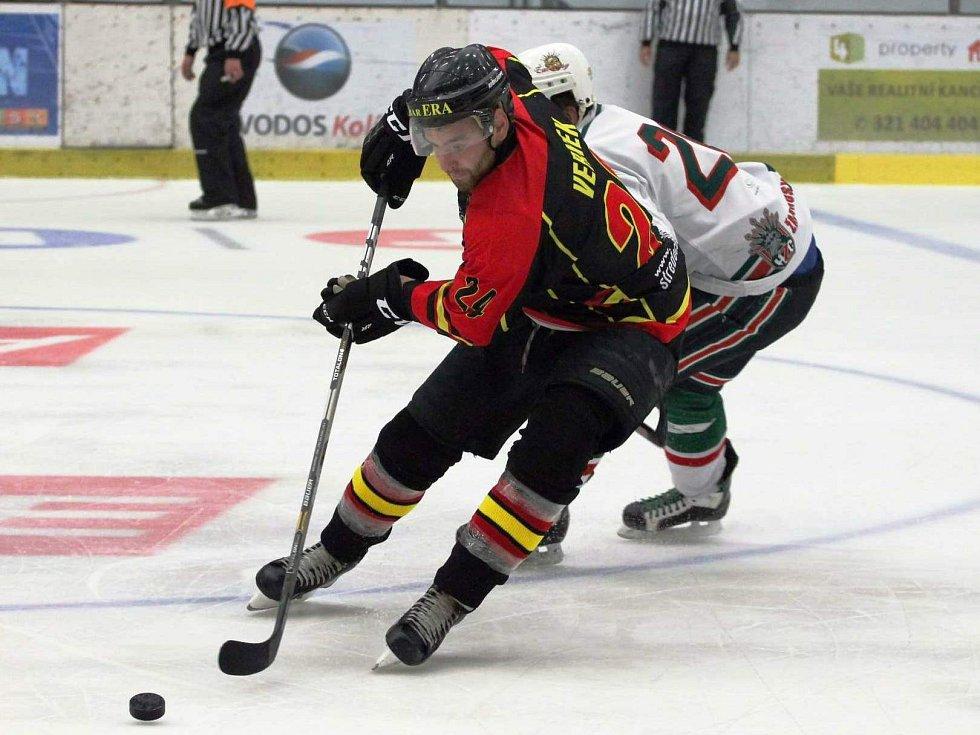 Jan Vernek (v černém) naskočil na led a dokázal s týmem i na rozbředlé ploše v Kolíně získat první dva body.