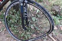 Následky nehody dvou cyklistů u Mlékojed.