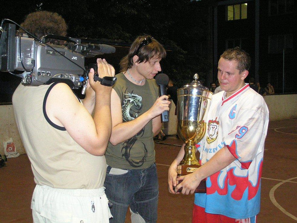 V roce 2008 zvítězil ve finále Petroniova poháru tým HBC Nelahozeves. Jindřich Kohm v roli redaktora zpovídá tahouna mistrovské jízdy, hvězdu z nejzářivějších, Ivo Loskota.