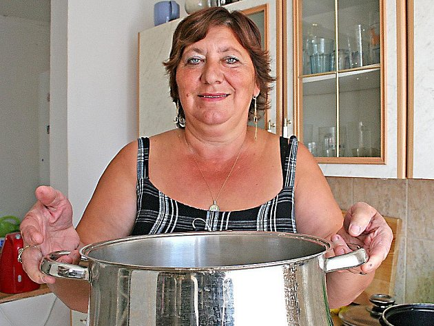 V takhle velkých kastrolech vaří Lída z lidu každý den.