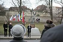V Mělníku se sešly desítky lidí u památníku Pocta Janu Palachovi v Jungmannových sadech, aby uctili památku a zavzpomínali na velkou oběť, kterou pro svobodu a vyburcování národa Jan Palach podstoupil.