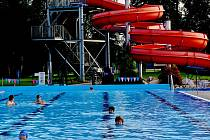 """Ve středu jsme ve velkém bazénu hned po ránu napočítali skoro čtyřicítku většinou velmi aktivních plavců a plavkyň. Voda byla prý doslova """"jako kafe"""", a to bodejť by ne, když tropické teploty předchozího dne zde sahaly až k 37°C."""