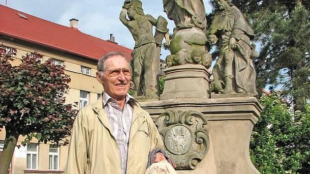 Václav Andelt před sousoším v rodném Mšeně
