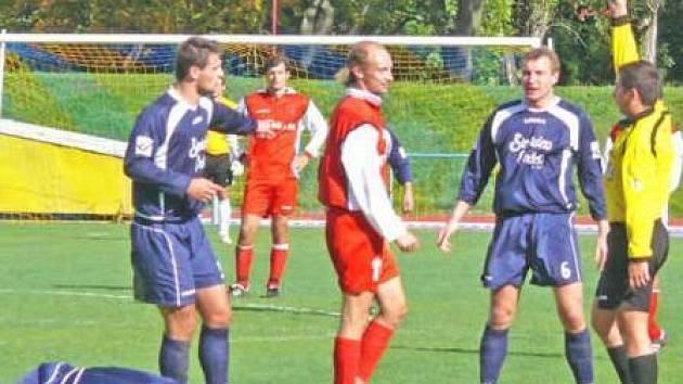 Jeden z klíčových okamžiků sobotního utkání Chrudimi se Sokolem Ovčáry. Po faulu na hostujícího Ondráka vidí domácí Vladyka červenou kartu.