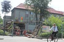 Stavba podchodu pro pěší od nemocnice k sídlišti  Cukrovar protáhla rekonstrukci tahu městem.