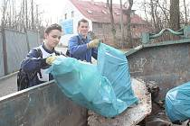 Studenti mělnické technické školy uklidili odpadky na mělnickém Hadíku.
