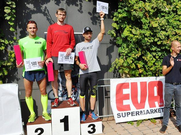 Vítězové vinařského běhu si odnesli ceny i dárkové šeky. Zleva Jan Videcký, Vlastimil Flegl a Luboš Truhlář.