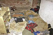 V opuštěných domech v zimě nocují  bezdomovci, kteří jsou závislí na drogách.