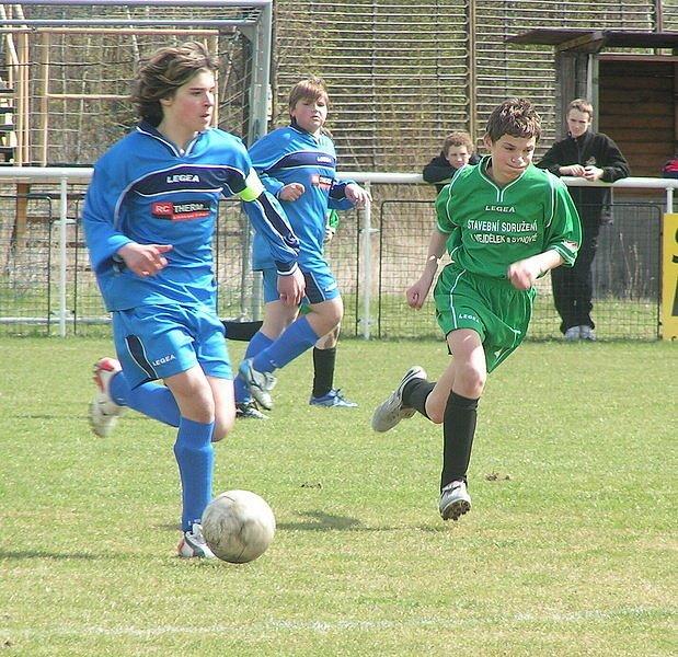 Z utkání I. A třídy mladších žáků FC Beck Mělník - V. Borek (v modrém).