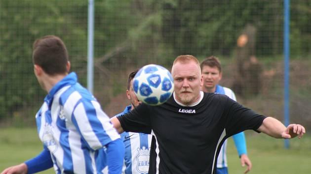 JAKO MAGNET. Fotbalový míč a střílení gólů přitahuje Martina Veselého i poté, co černý dres mělnického FC vyměnil za ten mšenský.