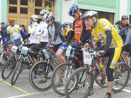 Těsně před startem loňského ročníku závodu horských kol Mšenské okruhy.