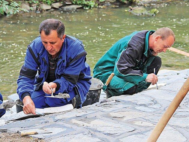 Na sídlišti Hůrka dělníci budují schody k vodě.