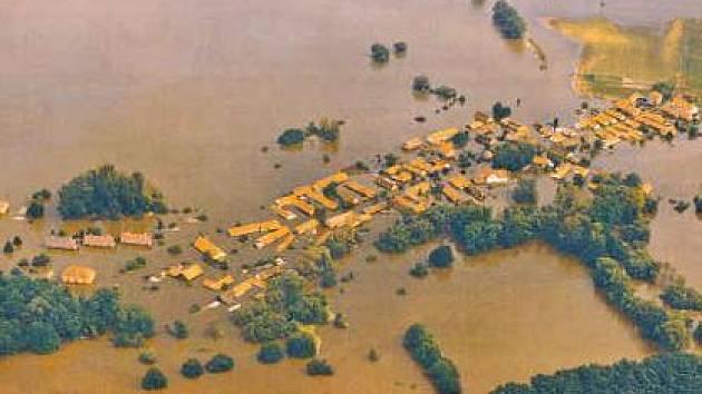 POVODNĚ.  Cvičení bude kopírovat stav, ve kterém byla města a vesnice v době ničivých povodní v roce 2002. Zapojí se do něj i obec Kly nedaleko Mělníka.