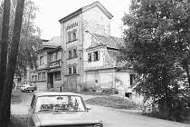 Bývalá pivovarská sladovna. Vlevo je objekt bývalé vodárny na Podolí.