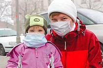 Někteří lidé už se před smogem začali chránit rouškami.