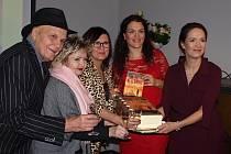Knihu pokřtili známí herci Jan Přeučil a Eva Hrušková a známá dietoložka MUDr. Kateřina Cajthamlová. A jako překvapení se hosté dočkali dortu ve tvaru knihy s obálkou Nezlomného.