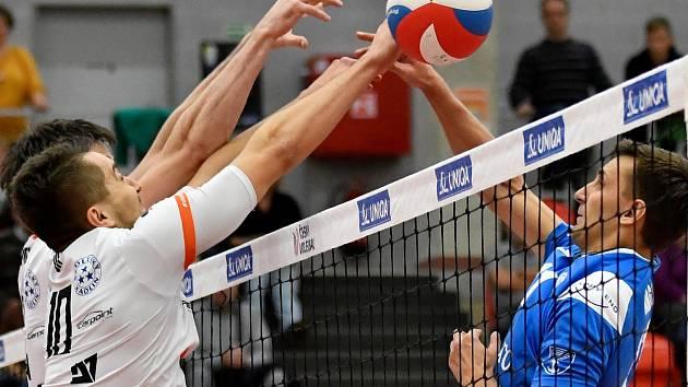 Volejbalisté Odolena Vody si v listopadovém utkání jako zatím poslední tým v extralize vyšlápli na vedoucí Karlovarsko, v jeho hale vyhráli 3:2.