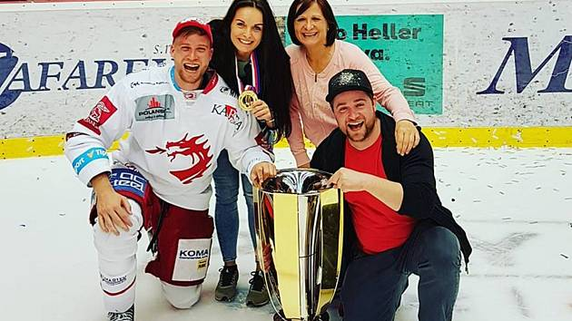 Hokejista Třince Patrik Husák se svými nejbližšími a mistrovskou trofejí.