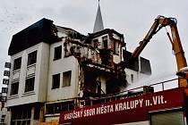 Při bourání hotelu pomáhají i kralupští hasiči.