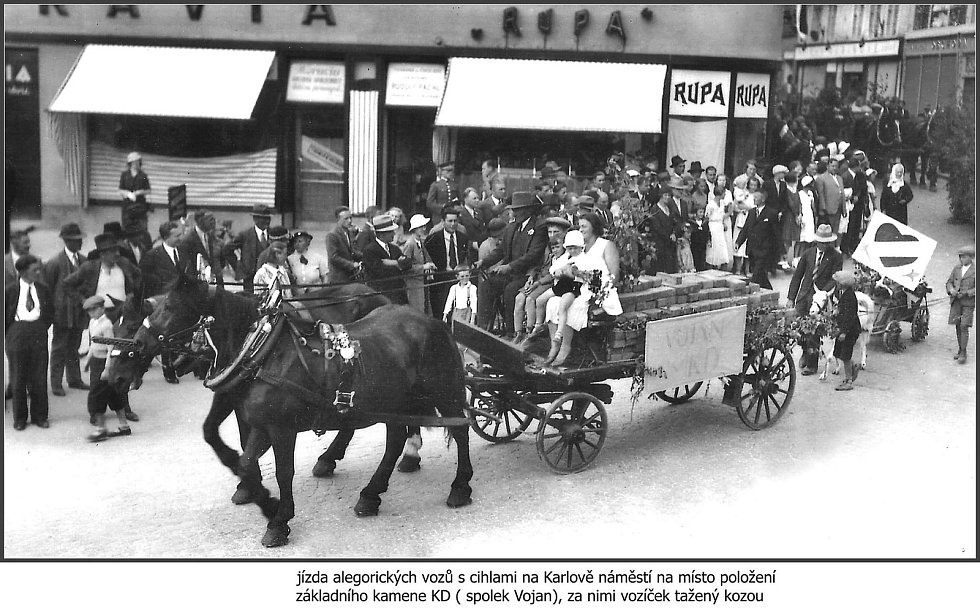 Jízda alegorických vozů s cihlami na Karlově náměstí na místo položení základního kamene v roce 1935.