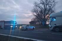 Srážka osobního automobilu s náklaďákem měla za následek zranění jednoho z aktérů.