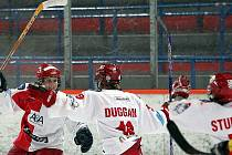 Hokejistky pražské Slavie slaví jeden ze tří gólů v síti domácího Berlína.