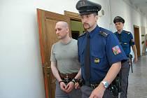 ROZSUDEK v kauze střelby ve spořitelně před osmi lety si ve středu Jan Baluška  nevyslechl. Státní zástupce o obhajoba se shodli na tom, že budou žádat vysvětlení od policistů, kteří případ tehdy vyšetřovali.
