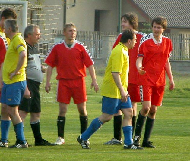 Z utkání III. třídy - skupiny A Tišice B (v červeném) - Mlékojedy (3:2).