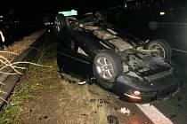 Voda po nočních bouřkách zaplavila dálnici D1 u Prahy. Na dálnici boural řidič osobního vozu, který utrpěl lehké zranění.