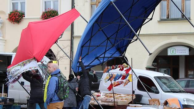 Mělnické náměstí Míru patřilo v sobotu dušičkovému jarmarku. Prodejci obsluhovali zavěšení na železných konstrukcích svých stánků. Některé vítr dokonce převrátil.