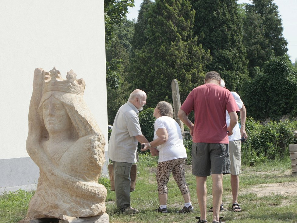 Sochařské sympozium v Liběchově na počest sochaře Václava Levého trvalo tři týdny.