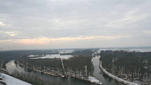 Pohled na řeku ze starého mostu v Mělníku.