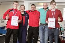 Mělník má stupně vítězů. Zleva Jan Gazdík, trenér Václav Pojkar, trenér Kryštof Marounek, trenér Rudolf Kraj a vpravo Tomáš Horn.