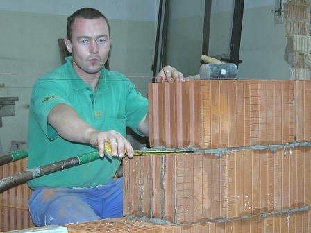 PRÁCE. Ve školce v ulici Generála Klapálka ještě pracují dělníci na zateplení schodiště.