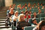 V úterý 17. října předškoláci a žáci nejnižších ročníků místních základních škol, kteří dorazili do kinosálu Kulturního a společenského střediska VLTAVA, prožili příjemné dopoledne se záchranářem Markem Hylebrantem.