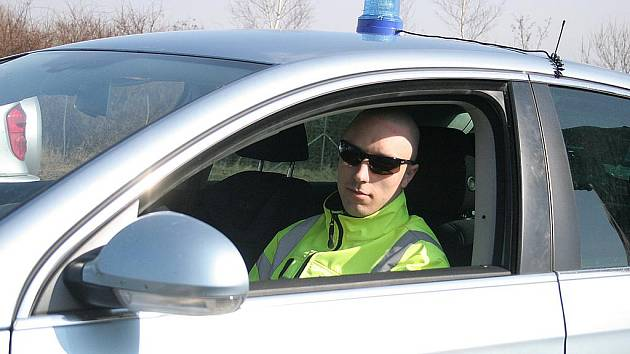 Dálniční policista Pavel Kulhavý absolvoval s policejním passatem speciální školení na mosteckém autodromu pod dohledem školitelů z Wolfsburgu.