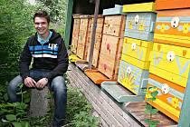 Vojkovický včelař Tomáš Karas.